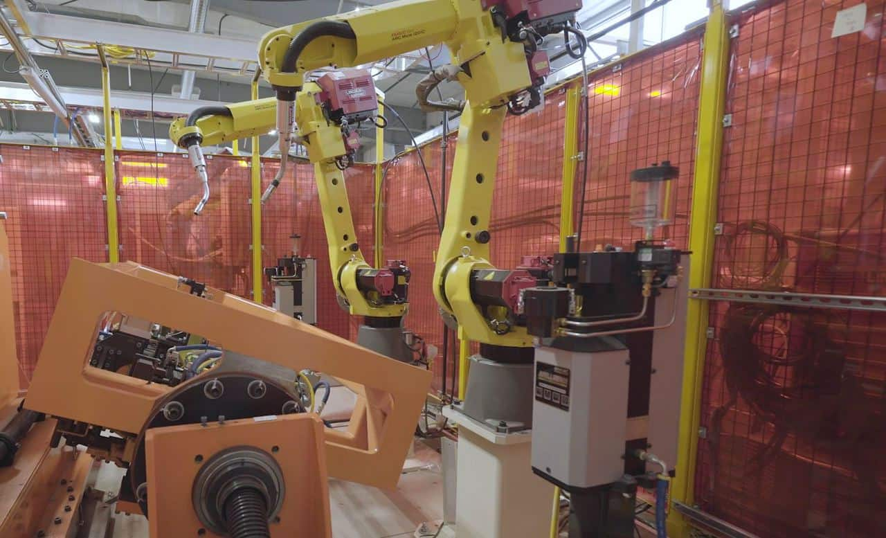 Robotic welding cell with dual robot